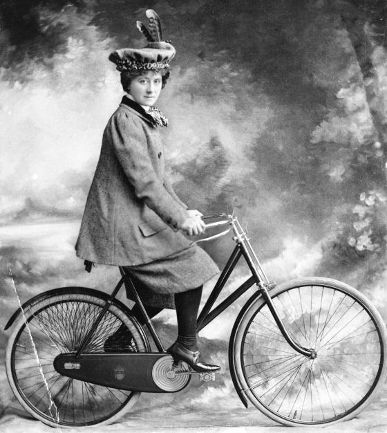Esta fotografia é de 1898: graças às 'bicicletas de segurança', que são praticamente como as contemporâneas, muitas mulheres começam a usar o veículo