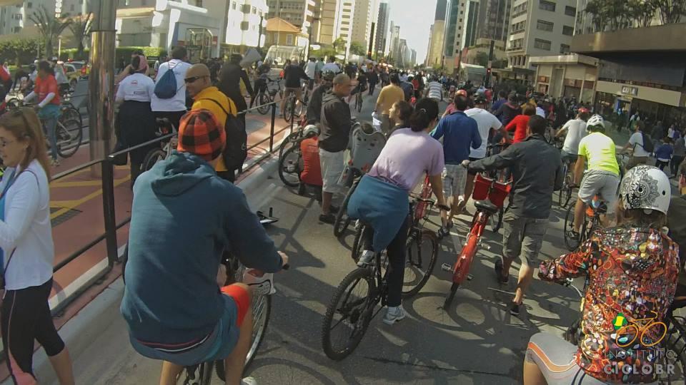 Milhares de ciclistas ocupam avenida Paulista na inauguração da ciclovia