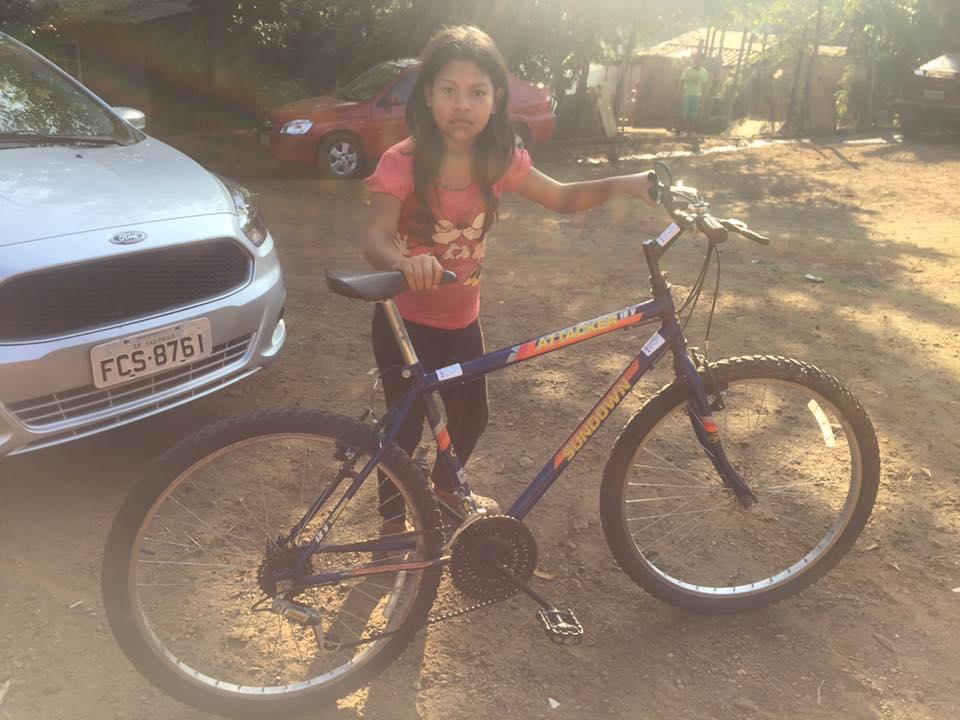Indígena recebe bike doada