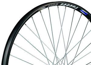 Aro de bicicleta sem os pneus e com os raios colocados
